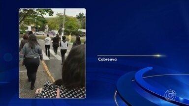 Auxiliares de educação de Cabreúva fazem protesto nesta segunda-feira - Auxiliares de educação de escolas municipais de Cabreúva (SP) estão em paralisação na manhã desta segunda-feira (9).