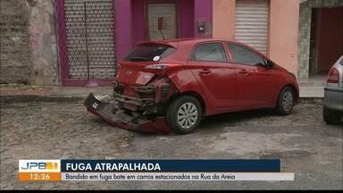 Durante tentativa de fuga homem bate em carros estacionados em João Pessoa - Os carros estavam estacionados na Rua da Areia.