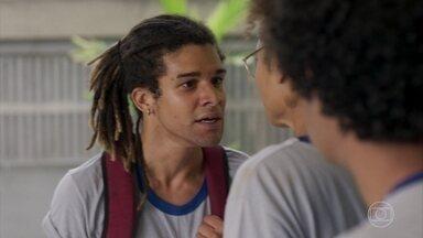 Waguinho sai desorientado do colégio e é abordado pelos colegas - Na saída, discute com Alice e ameaça a menina