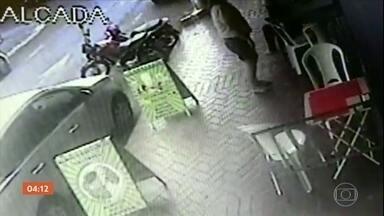 Atendente de lanchonete atira no filho do dono do comércio após briga em Goiás - A vítima está internada em estado grave. De acordo com a polícia, toda essa briga aconteceu por um motivo banal: o funcionário deixou faltar salgados no balcão.