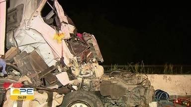 Motorista fica preso às ferragens e morre em acidente envolvendo caminhões na BR-101 - Colisão ocorreu em Goiana, no Grande Recife, e deixou cabine de um dos veículos destruída.