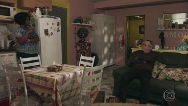 César e Vânia conversam com Jaqueline sobre seu futuro nos estudos - Ele diz que sabe do desejo da filha de estudar medicina