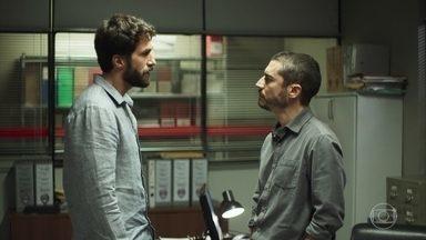 Rael conta para Camilo que Chiclete era matador de aluguel - Investigador vibra com a descoberta