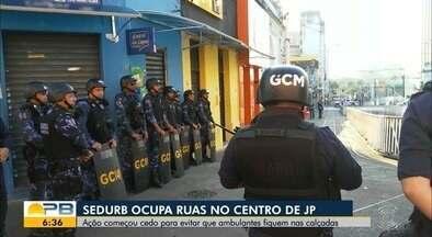 Ação da prefeitura retira ambulantes de calçadas do Centro de João Pessoa - Ação começou às 4h com guardas municipais, policiais militares e agentes da Sedurb. Objetivo é melhorar mobilidade de pedestres.