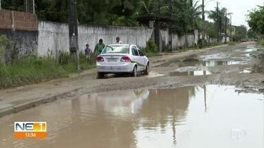 Moradores pedem solução para rua cheia de lama em Aldeia - Segundo a prefeitura de Camaragibe, um serviço para resolver o problema será feito na Rua Manuel Bione de Araújo.