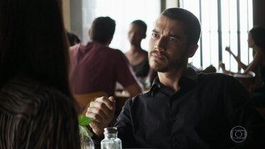 Camilo acusa Vivi de ser cúmplice de Chiclete - Investigador revela que descobriu tudo sobre o passado do rival e acredita que a ex está acobertando o namorado