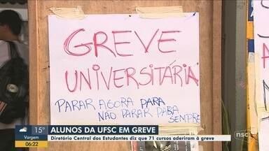 Estudantes de 71 cursos da UFSC aderem à greve - Estudantes de 71 cursos da UFSC aderem à greve