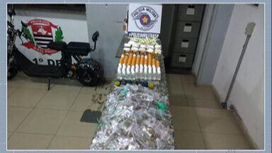 PM apreende mais de 1 quilo de drogas em Mogi das Cruzes - Policiais prenderam um suspeito no Conjunto Santo Ângelo na noite de quarta-feira (11).