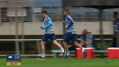 Volante Maicon volta a correr em volta do campo após sentir lesão - Jogador fez apenas trabalhos físicos.