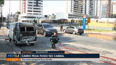 Carro pega fogo no Cabral - Por sorte ninguém ficou ferido.