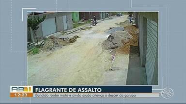 Câmeras de segurança registram assalto assalto no Xique-Xique - Bandido rouba moto e ajuda criança a descer da garupa.