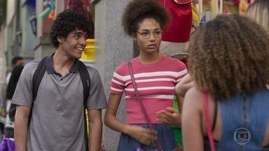 Alice e Luan encontram com Jeniffer - O rapaz conta que está procurando emprego por Bonsucesso, enquanto Jeniffer o convida para procurar emprego pela zona sul da cidade