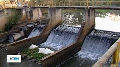 Risco do rodízio de água continua para moradores abastecidos pelo Rio Meia Ponte - Para evitar o desabastecimento, o Governo de Goiás começou a usar a água de represas que ficam perto do rio.
