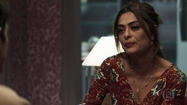 Maria da Paz se emociona com a atitude de Régis - Playboy diz à amada que vai refazer exame para saber se é pai de Arthur e que mudança é por causa dela