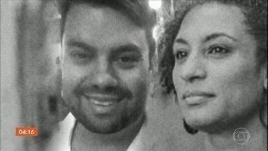 Família de Marielle é contra federalização das investigações da morte da vereadora - Perto de completar um ano e seis meses, o assassinato de Marielle Franco e Anderson Gomes foi lembrado nessa quinta-feira pela Anistia Internacional, no Rio de Janeiro. A família da vereadora assassinada declarou que é contra uma possível federalização das investigações.