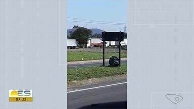 Motorista encontra câmeras instaladas em placa de retorno na Rodovia do Contorno - Um saco preto esconde os equipamentos de gravação.