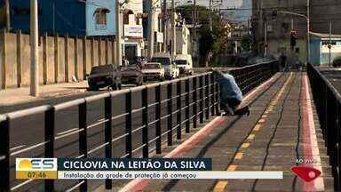 Grades da ciclovia começam a ser instaladas na Leitão da Silva, em Vitória - Avenida está passando por obras há anos.