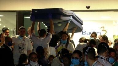 Voluntários ajudam no socorro às vítimas de incêndio em hospital no Rio - Moradores de outros bairros, profissionais de outros hospitais largaram tudo que fazia para ajudar no socorro às vítimas.