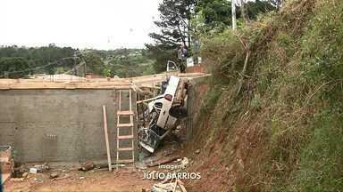 Duas pessoas morrem em acidente de trânsito em Almirante Tamandaré - Três jovens ficaram gravemente feridos em dois acidentes hoje cedo.