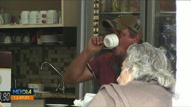 O cafezinho fora de casa é o barato que pode sair caro - Especialistas dizem que economia com alimentação fora de casa pode render até o pagamento de uma viagem.