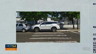 Telespectador registra carro estacionado em cima da faixa de pedestres em Maringá - Infração neste caso é grave, condutor leva cinco pontos na carteira além de multa.
