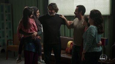 Salma fica radiante ao saber que vai morar na casa de Aline - Pe Zoran celebra com eles a união das famílias
