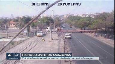 Motorista faz manobra proibida e atravessa carreta em avenida movimentada de BH - De acordo com a BHtrans, ele tentou entrar no Expominas passando pelo canteiro central, quando a carreta ficou atravessada na Avenida Amazonas.