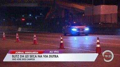 Blitz da Lei Seca na saída de festival de música autua 40 motoristas em São José - Eles passaram pelo bafômetro passivo, que é quando o motorista assopra sem encostar a boca no aparelho.