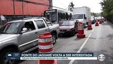 Retomada de interdições na Ponte do Jaguaré causa congestionamentos - A prefeitura vai fechar alguns trechos do elevado até o fim de outubro para obras de recuperação da estrutura. Ponte foi atingida por um incêndio em junho de 2019.