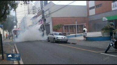 Carro é destruído por incêndio no Centro de Franca, SP - Imagens gravadas por morador mostram que o fogo começou no motor.