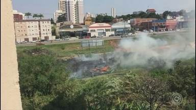 Bombeiros combatem incêndio em Sorocaba - O tempo seco deste sábado aumentou o risco de queimadas. Uma delas foi em uma área de mato da avenida Américo de Carvalho, no Jardim Magnólia, em Sorocaba (SP).