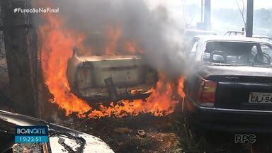 Incêndio atinge mais de 50 carros em propriedade particular de Rolândia - Ainda não se sabe o que provocou o fogo, ninguém se feriu. Bombeiros também foram chamados para atender um incêndio na região do distrito de Guaravera, em um secador de silo de grãos. Em Paranavaí, um caminhão pegou fogo e o prejuízo passou dos R$ 90 mil.