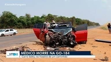 Médico morre após bater carro na traseira de caminhão na GO-184, em Jataí - Dois passageiros tiveram ferimentos leves e foram levados ao hospital. Veículo ficou com a parte da frente destruída.