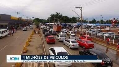 Goiás dobra a frota em 10 anos e atinge 4 milhões de veículos registrados, diz Detran - Estado tem um veículo para duas pessoas e dois carros para cada moto. Grande Goiânia concentra a maior quantidade de automóveis.