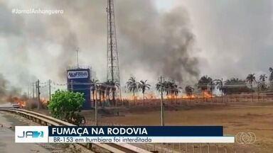 Fumaça de queimada interdita BR-153, em Itumbiara - Concessionária que administra a rodovia fez a interdição para evitar acidentes.
