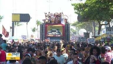 18ª Parada da Diversidade leva cores e mensagens de resistência à Avenida Boa Viagem - Concentração começou por volta das 9h, no Parque Dona Lindu; com desfile 11 trios elétricos, festa terminou depois das 17h.