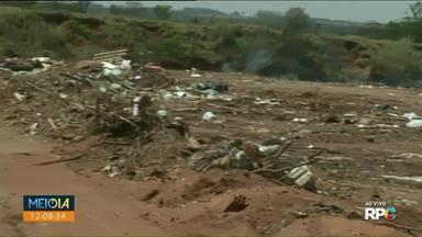 Equipe registra vandalismo e descarte irregular de lixo no buracão da Vila Operária - Durante o jornal um morador descartou um pneu no local destinado para restos de construção e podas de árvores.