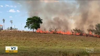 Moradores enfrentam queimadas em São Raimundo das Mangabeiras - Uma casa foi atingida e por pouco outros estabelecimentos não ficaram destruídos com o incêndio ocorrido na segunda-feira (16)