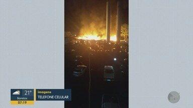 Incêndio em terreno atinge condomínio e assusta moradores de Ribeirão Preto - Fogo foi controlado pelo Corpo de Bombeiros.