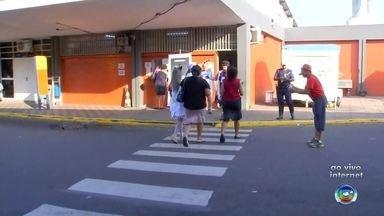 Araçatuba realiza 'pit-stop' para orientar motorsitas a manter trânsito seguro - Araçatuba (SP) está realizando um pit-stop no terminal urbano para orientar pedestres, ciclistas, motociclistas e motoristas a como manter um trânsito mais seguro na cidade.
