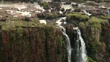 Sem chuva, Cataratas do Iguaçu têm menor vazão em mais de um ano - Até os paredões de rocha, que ficavam escondidos embaixo da água, agora estão visíveis.