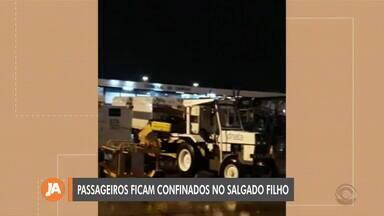 Passageiros de vôo são impedidos de desembarcar no Salgado Filho por incidência de raios - Assista ao vídeo.