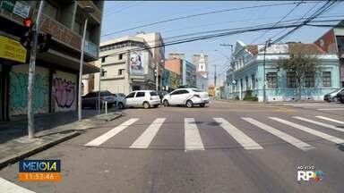 Obras no cruzamento das ruas Mateus Leme e Treze de Maio deixa trânsito mais lento - A obra vai até amanhã (18) e deve melhorar o asfalto e a sinalização na região.