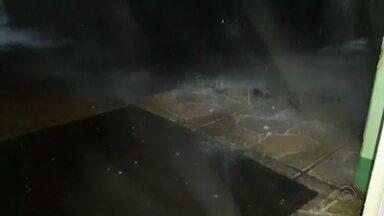 Chuva de granizo atinge o RS na madrugada desta terça-feira(17) - Confira os vídeos.