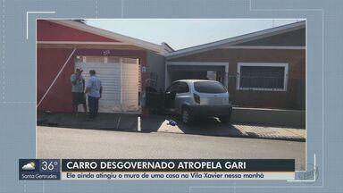 Carro desgovernado invade calçada, atropela gari e atinge duas casas em Araraquara - Motorista afirmou que perdeu o controle quando subia a Avenida Rio de Janeiro, na Vila Xavier. Polícia Civil irá investigar as causas do acidente.