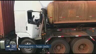 Motorista ferido em acidente envolvendo dois caminhões na SP-310 em Araraquara recebe alta - Colisão aconteceu na manhã desta terça-feira (17) na altura do km 273 próximo à base da Polícia Rodoviária.