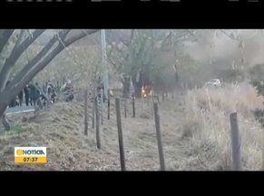 Caminhonete pega fogo próximo a estrada do Pico do Ibituruna em GV - O veículo pegou fogo após uma pane no motor, quando o motorista subia pela serra. O Corpo de Bombeiros foi acionado e conseguiu apagar as chamas.