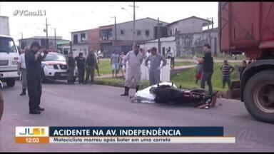 Motoqueiro colide com caminhão e morre na avenida Independencia, em Ananindeua - De acordo com a Polícia, vítima teria tentado desviar de um carro e acabou colidindo na traseira do caminhão