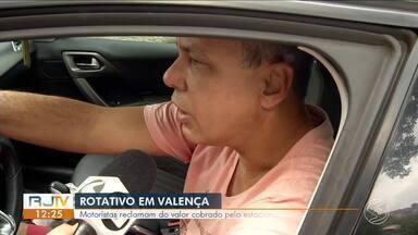"""Moradores reclamam do alto preço pago para estacionar em Valença - Eles também se queixam da dificuldade em encontrar os chamados """"amarelinhos""""."""