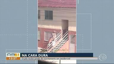 Dupla é flagrada roubando grande de apartamento residêncial em Caruaru - Segundo a Polícia Militar, um deles foi preso e a grade foi recuperada.